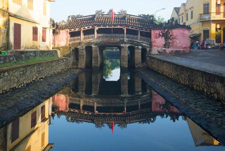 ponte giapponese: Hoi An, Vietnam - 4 GENNAIO 2016: Vista del ponte giapponese la mattina presto. I turisti vanno in giro con la città vecchia Editoriali