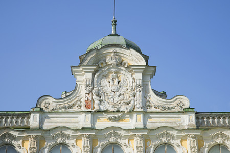 palacio ruso: ST. PETERSBURG, RUSSIA - MAY 20, 2014: Russian coat of arms on the pediment of the Imperial Palace in farmstead Znamenka
