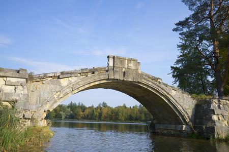 corcovado: En el arco del d�a Jorobado puente de septiembre. Gatchina parque del palacio. Rusia