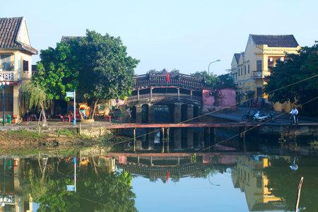 ponte giapponese: Hoi An, Vietnam - Gennaio, 04, 2016: Città mattina paesaggio con un ponte giapponese. La mattina la gente va a Hoi An Editoriali