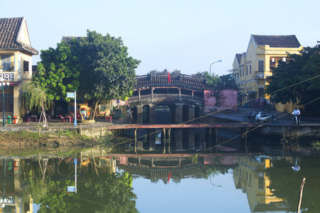 ponte giapponese: HOI AN, VIETNAM - JANUARY, 04, 2016: City morning landscape with a Japanese bridge. In the morning people go to Hoi an Editoriali
