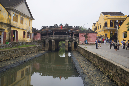 ponte giapponese: HOI AN, VIETNAM - JANUARY 02, 2016: The old Japanese bridge on a cloudy day