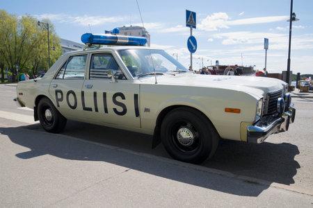 Savonlinna, FINLAND - 6 juni 2015: Politie auto Dodge Aspen voert patrouilles in de straten van Savonlinna