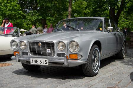"""jaguar: Turku, Finlandia - 13 de junio, 2015: 420 Jaguar (Daimler Sovereign) 1966-1969 a�os modelo en la reuni�n de los titulares de los coches """"Jaguar"""""""