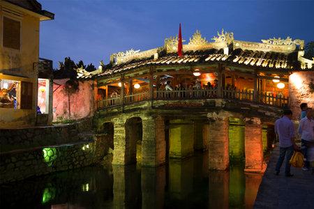ponte giapponese: Hoi An, Vietnam - 2 gennaio 2016: Crepuscolo di sera presso il ponte giapponese