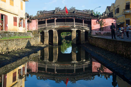 ponte giapponese: Hoi An, Vietnam - 4 GENNAIO 2016: mattina presso il vecchio ponte giapponese