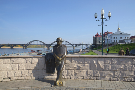 volga river: RYBINSK, RUSSIA - SEPTEMBER 26, 2015: View of the monument to the poet LI Oshanin on the embankment of the Volga river Editorial