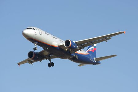 "ST. PETERSBOURG, RUSSIE - 20 mars 2016: Airbus A320-214 ""Vladimir Obruchev"" (VQ-BAZ) Aeroflot avant d'atterrir à l'aéroport de Pulkovo"