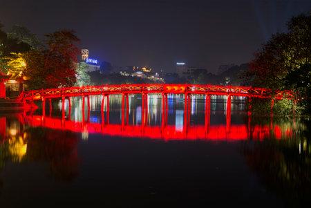 cau: HANOI, VIETNAM - JANUARY 10, 2016: View of the ancient bridge Rising sun at night. Hoan Kiem lake in Hanoi Editorial