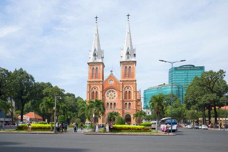 The landscape of Saigon: HỒ CHÍ MINH, VIỆT NAM - 19 Tháng 12 2015: Nhà thờ Notre Dame De Saigon trên quảng trường thị trấn biên tập