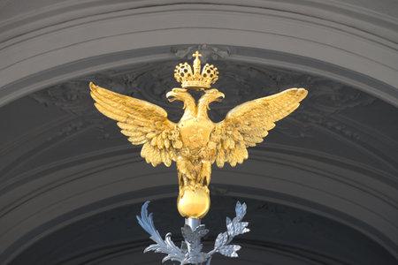 palacio ruso: San Petersburgo, Rusia - 28 de marzo, 2016: Rusia águila de dos cabezas bajo el arco de la entrada principal del palacio del invierno Editorial