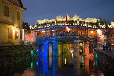 ponte giapponese: Hoi An, Vietnam - 2 gennaio 2016: Vecchio ponticello giapponese nelle luci notturne. Hoi An, Vietnam Editoriali