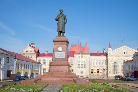 ulyanov: RYBINSK, RUSSIA - SEPTEMBER 26, 2015: Monument VI Lenin on the building background Grain Exchange