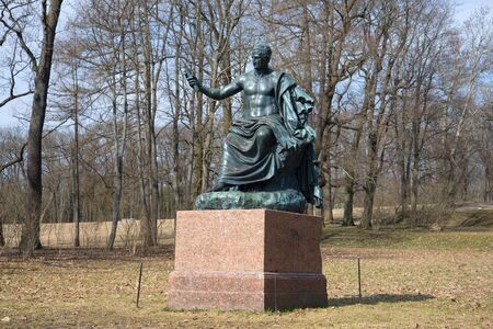 escultura romana: San Petersburgo, Rusia - 17 de abril 2016: La escultura de los nervios emperador romano en el parque de Catherine, d�a de abril. Ts�rskoye Selo