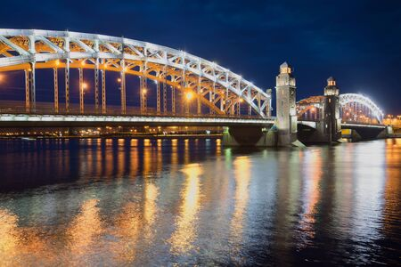 Bolsheokhtinsky (Peter der Große) Brücke Nacht Juni. St. Petersburg