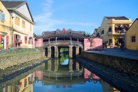 ponte giapponese: Hoi An, Vietnam - 4 Gennaio 2015: Vista del vecchio ponte giapponese su una mattina di sole