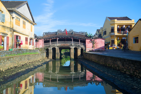 ponte giapponese: HOI AN, VIETNAM - JANUARY 04, 2015: View of the old Japanese bridge on a Sunny morning