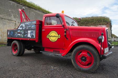 KRONSTADT, RUSLAND - SEPTEMBER 04, 2016: De vrachtwagen van het autoslepen op basis van Duitse vrachtwagen Opel Blitz. De parade van retro auto's in Kronstadt