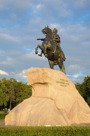 uomo a cavallo: Monumento a Pietro il Grande (Cavaliere di bronzo, simbolo di San Pietroburgo) sul ?? sfondo del cielo nuvoloso in una serata nel mese di agosto