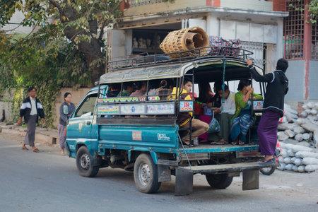 MANDALAY, MYANMAR - 20 DÉCEMBRE 2016: Camion de passagers Fxed-route dans la matinée, la rue Éditoriale