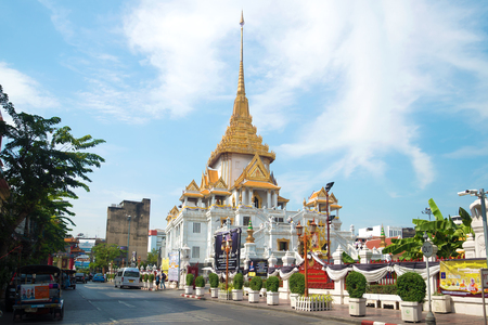 wat traimit: BANGKOK, THAILAND - DECEMBER 14, 2016: The temple of the Golden Buddha in the urban landscape Editorial