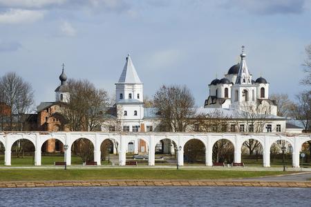 La cour de Yaroslav un jour d'avril. Veliky Novgorod Banque d'images - 76820498