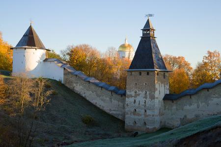 Oktobermorgen an den Wänden des Pskovo-Pechersky Klosters. Pskow-Region, Russland Standard-Bild
