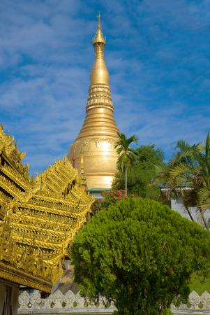 The spire of the Shwedagon Pagoda on a sunny day. Yangon, Myanmar Stockfoto