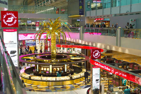 DUBAI, UAE - FEBRUARY 02, 2020: Golden palm tree in the jewelry section of duty free chain stores. Symbol of Dubai International Airport 新聞圖片