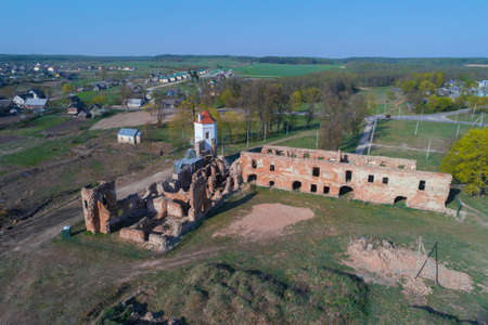View of the ruins of an ancient castle on an April day (aerial photography). Golshany, Belarus Stockfoto