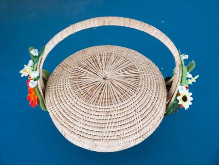 mimbre: cesta de mimbre fuera Foto de archivo