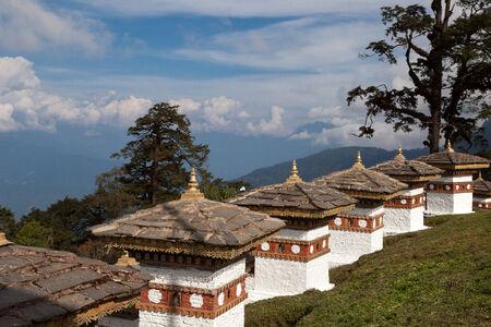 no pase: 108 stupas (Chortens) en Dochu La pase. But�n Foto de archivo