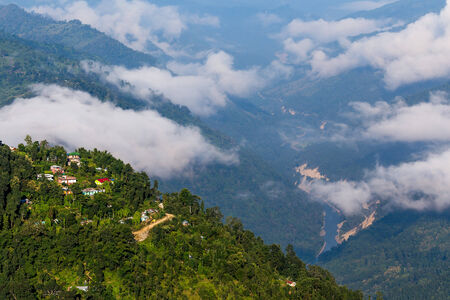 overlooking: Kalimpong ciudad de la colina, con vistas al hermoso valle Teesta, Sikkim, India.