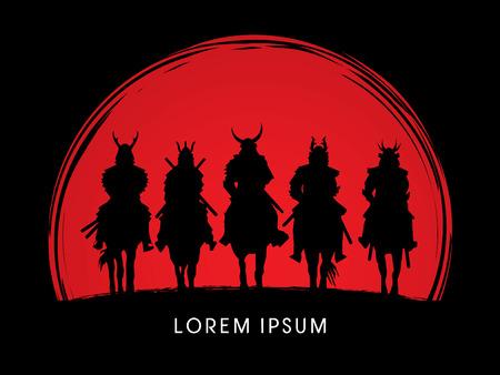 rey: Silueta, Samurai Warrior montando a caballo, en el atardecer de fondo gráfico vectorial. Vectores