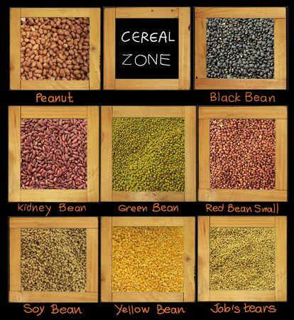 materia prima: Cereal para la materia prima dieta tiene frijol de soya de man� rojo amarillo negro en marco de madera Foto de archivo