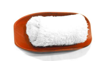 servilleta de papel: vapor servilleta en la mesa de restaurante para la limpieza de la cara y del rat�n antes y despu�s de comer servir en la placa de madera de color rojo macro foto de seleccionar la nitidez de los rodillos de plegado.