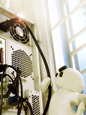 pantomima: Reparación de la computadora electrónica hombre de arcilla escultura flotante Diseño en funciones de zoom Foto de archivo