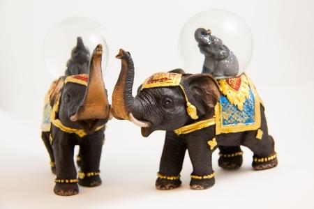 zwei Elefanten Schneeball Thai Souvenir auf wei�em backgroud