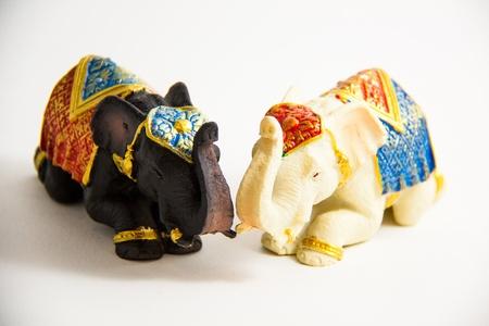 Zwei Elefant Schwarz und Wei� Farbe Grovel Dekor auf wei�em Hintergrund - Souvenir