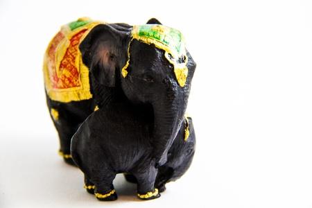 Schwarzer Elefant mit Baby-Elefanten Thailand auf wei�em Hintergrund