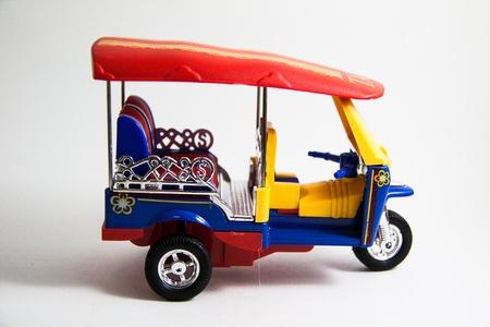 Tuk Tuk Taxi Modell Thailand drei Farben auf wei�em Hintergrund - Thai Souvenirs Lizenzfreie Bilder