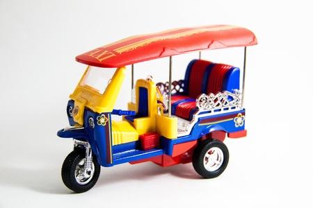 Tuktuk Taxi Modell Thailand rot blau gelb Farben auf wei�em Hintergrund - Thai Souvenirs