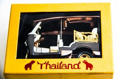 Tuktuk Modell Taxi Thailand Gold-und Kupfer-Farbe in gelb Fall drucken Thailand auf wei�em Hintergrund - Thai Souvenirs