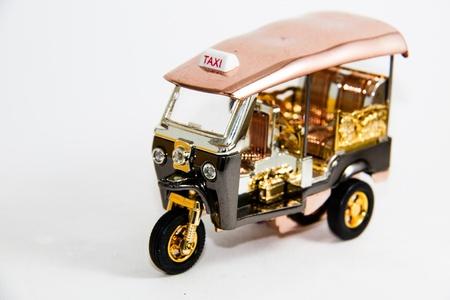 Tuk Tuk Taxi Thailand Modell Gold und Kupfer Farbe auf wei�em Hintergrund - Thai Souvenirs