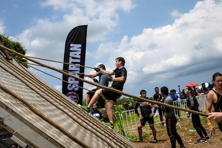 Pattaya, Chonburi. TAILANDIA - 9 DE SEPTIEMBRE DE 2017: Los competidores participan en el desafío de carreras de obstáculos de Spartan Race 2017 en Pattya, Spartan Race Thailand 2017 en Siam Country Club, Pattaya el 9 de septiembre de 2017 Editorial
