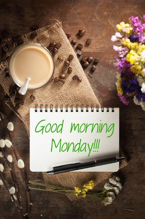 """lapiz y papel: """"Buen lunes por la mañana"""" se escribe en la libreta con la pluma, un vaso de té y trozos de pastel de terciopelo rojo sobre fondo de madera rústica con baja escena clave tailandesa"""