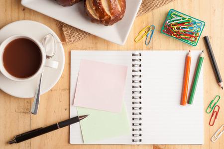 lapiz y papel: Cuaderno y papel adhesivo, clip de papel, lápiz de color y lápiz sobre tabla de madera en estilo vintage Foto de archivo