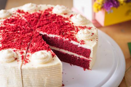 decoracion de pasteles: Pastel de terciopelo rojo en la mesa de madera con escena de la mañana