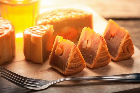 mond: Mondkuchen, chinesischen Mitte Herbstfest Dessert auf Holzbrett mit dramatischen Morgenszene Lizenzfreie Bilder