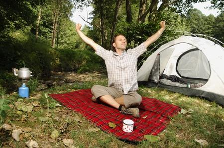 Bir çadırın önünde uzanan adam,